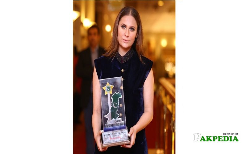 Nausheen shah while receiving her award