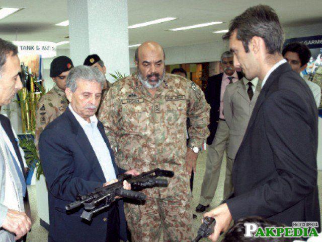 Rana Tanveer Hussain hold a Gun