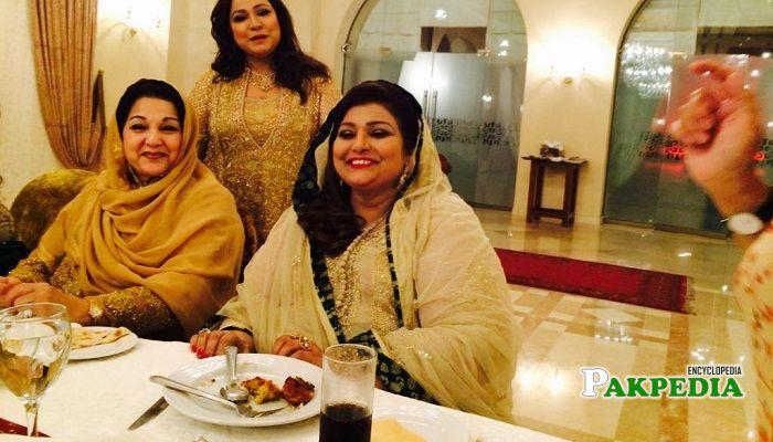 Begum Ishrat Ashraf with Late kulsoom nawaz