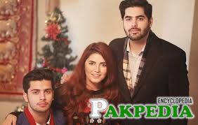 Momina Mustehsan with brothers