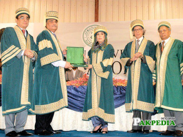 Dr Fehmida Mirza being presented a crest at the Ziauddin Hospital University convocation at the Expo and Pirzada Qasim Present