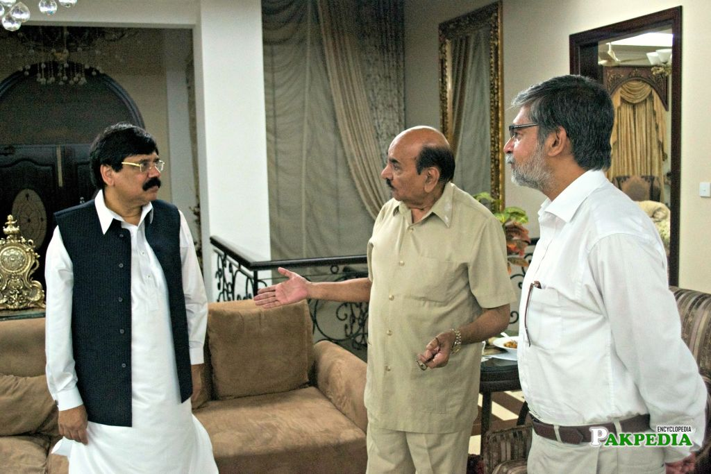 President and Cdr Bashir Malik (centre), Central Vice President of the Pakistan Policy Institute