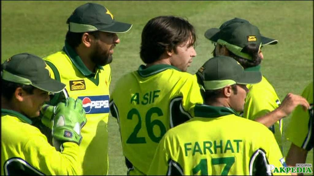 Mohammad Asif With His Team