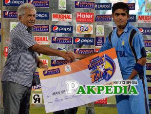 Hussain Talat while receiving Cash price