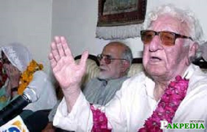 Farewell My Love! Begam Nasim having last look at Wali Khan