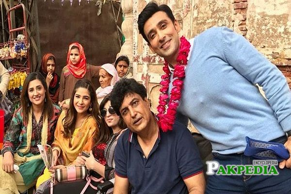 Ayesha omer with the cast of Kaaf Kangana