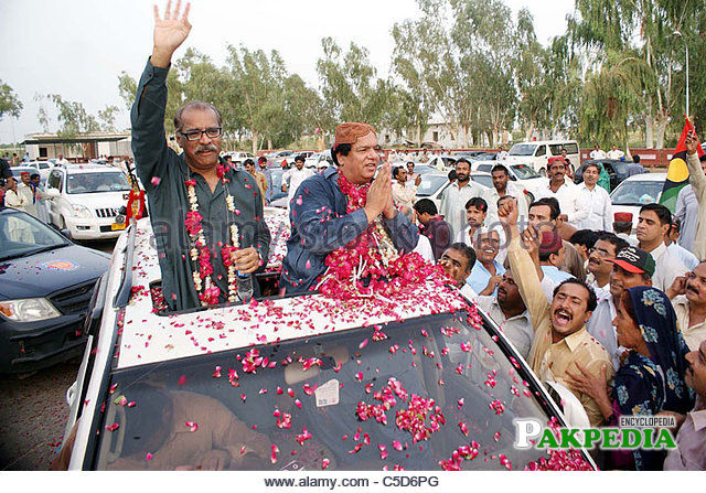 Ayaz somroo being welcomed by supporters
