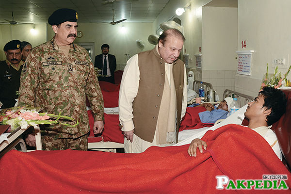 Raheel Shareef In Hospital[/size] with Prime Minister