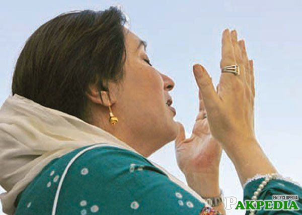Benazir Bhutto while Praying