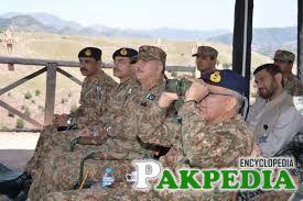Asif Ghafoor sitting with army chief