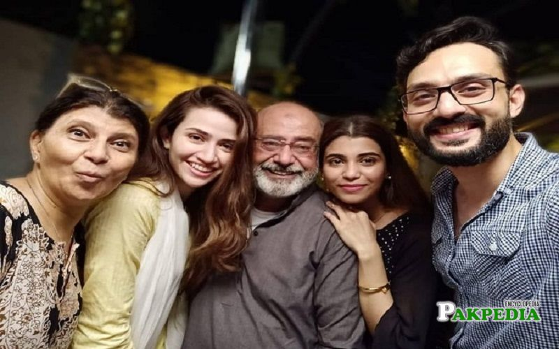 Minna with the cast of drama serial 'Ruswai'