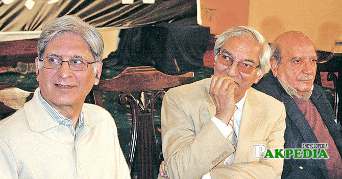Munnu Bhai laps up adoration at an event arranged to celebrate his 80th birthday.