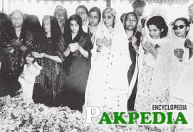 Mohtarma Fatima Jinnah and other ladies offering fateha at his last resting place