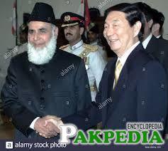 Pakistani President Mohammad Rafiq Tarar (L) greets Chinese Prime Minister Zhu Rongji