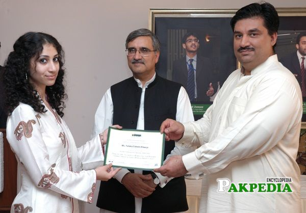 Khurram Dastgir while giving certificates to the students