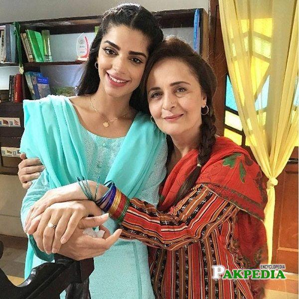 Sanam Saeed with Hina Bayat on sets