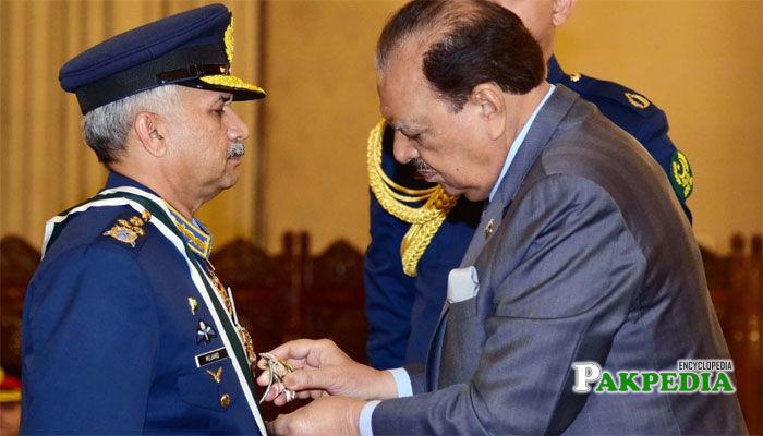 President confers Nishan-e-Imtiaz (M) on Air Chief Marshal Mujahid Anwar