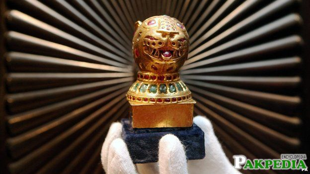 A gem-encrusted gold finial from the octagonal golden throne of Tipu Sult