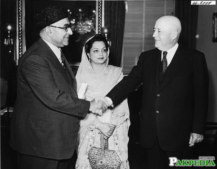 Ra'ana Liaquat Ali Khan in Center
