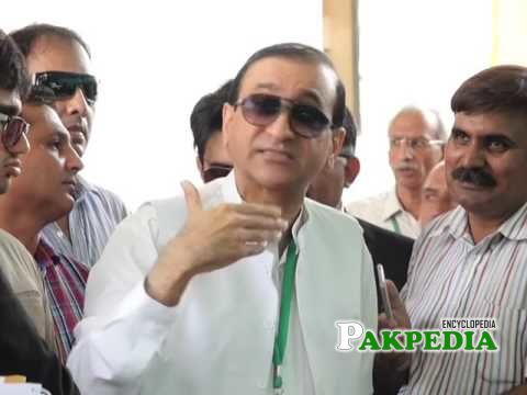 Mir Shakil-ur-Rahman outside Supreme Court talking with Media