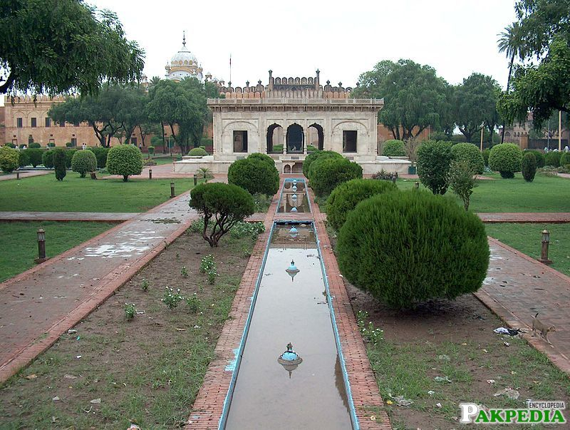 Hazuri Bagh is a small enclosure between the Alamgiri Gate of the Lahore Fort