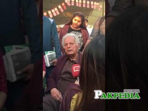 Mustansar hussain in a Karachi festival