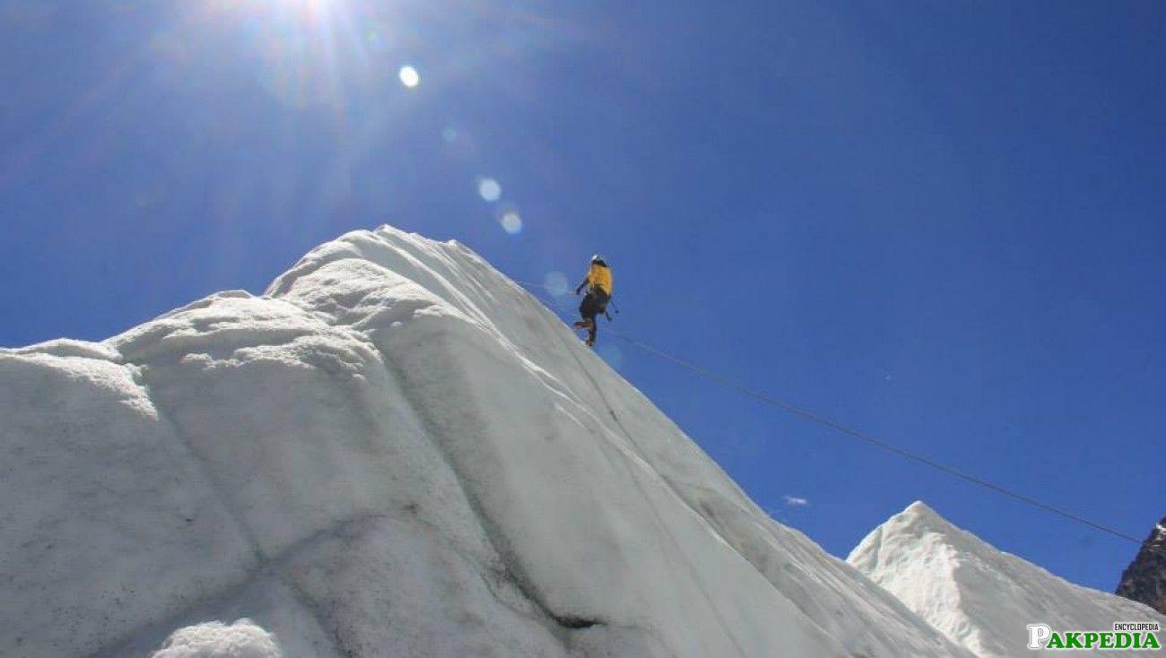 Samina Baig climbing mountain