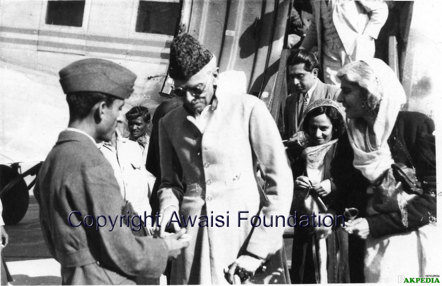 Quaid-e-Azam being received by PAF officer at [url=https://www.pakpedia.pk/doc/Lahore]Lahore[/url] Airport