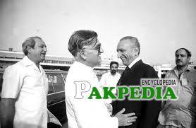 Sahabzada Yaqub Khan recieving the Foreign Minister