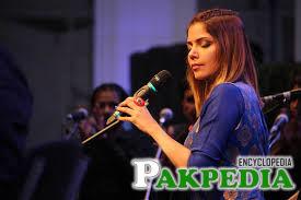 Hadiqa Kiani singing on stage