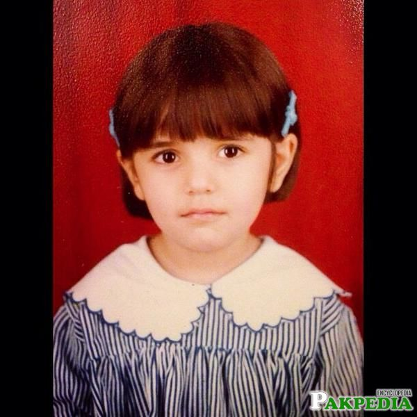 Momina Mustehsan childhood picture