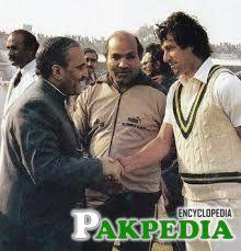 General with Pakisatn Cricket player