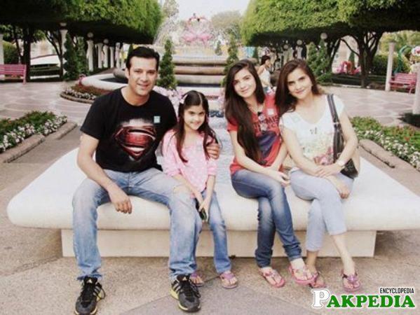 Mommar rana family