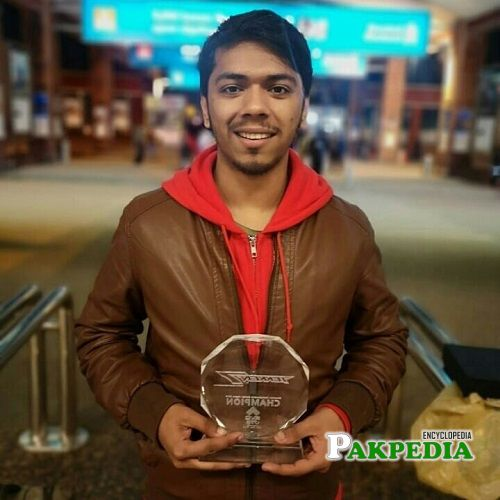 Arslan Ash with his trophy