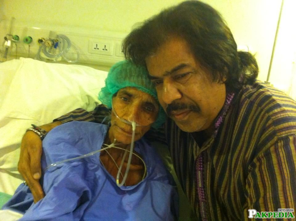 Reshma with Shaukat Ali in hospital