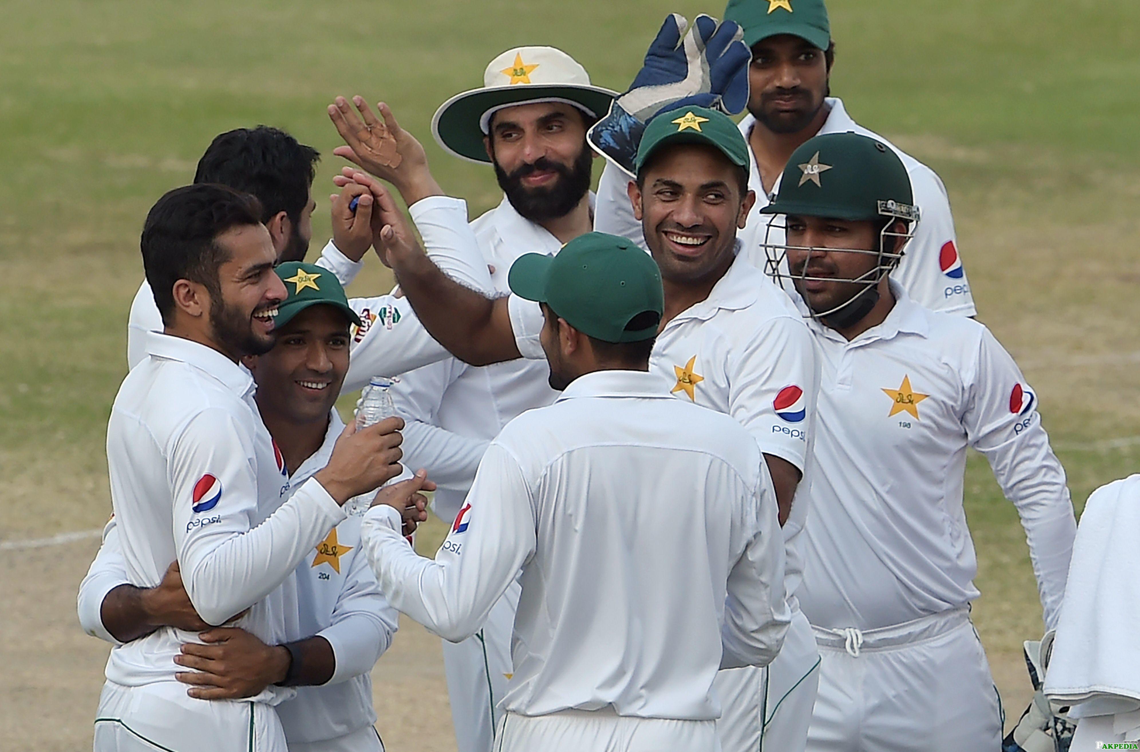 Nawaz With Team Pak