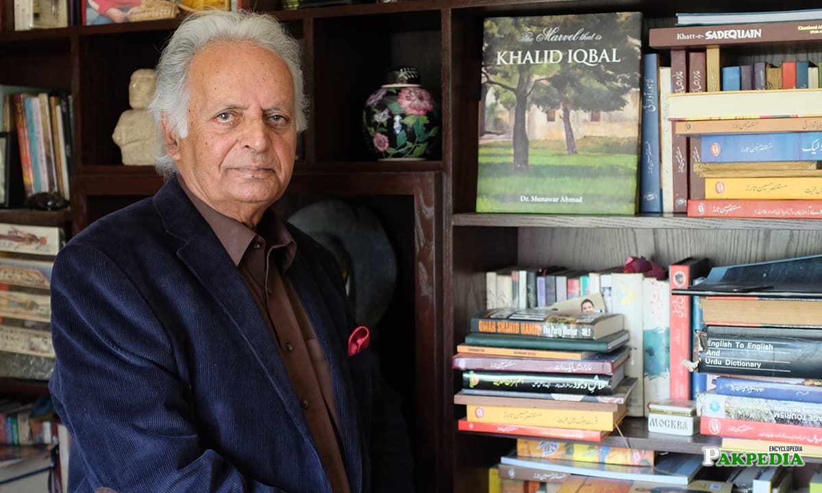 Famous novelist Mustansar hussain