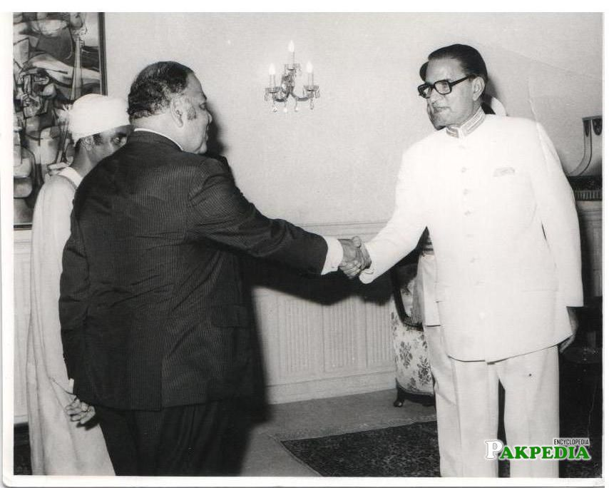 In this picture Fazal Elahi Chaudhry was ina white suit