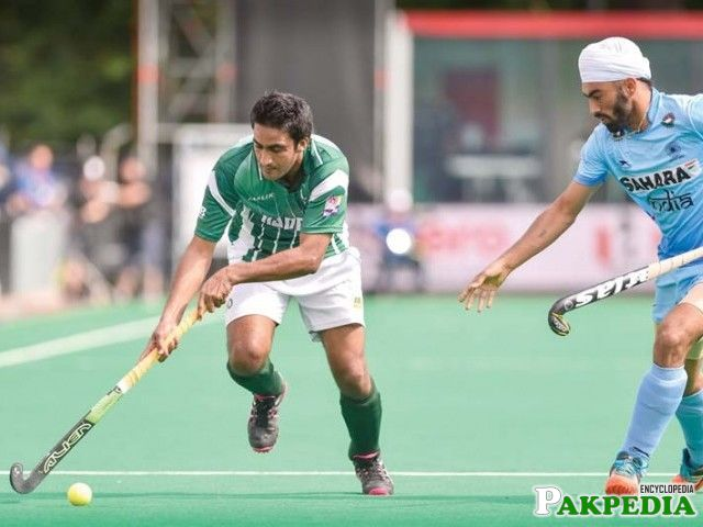 Pakistan's Rasool Shafqat vies with India's Gurmail Singh during the Group A field hockey match