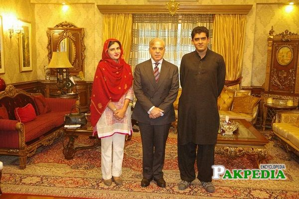 Mehwish Sultana with Shahbaz Sharif at his house