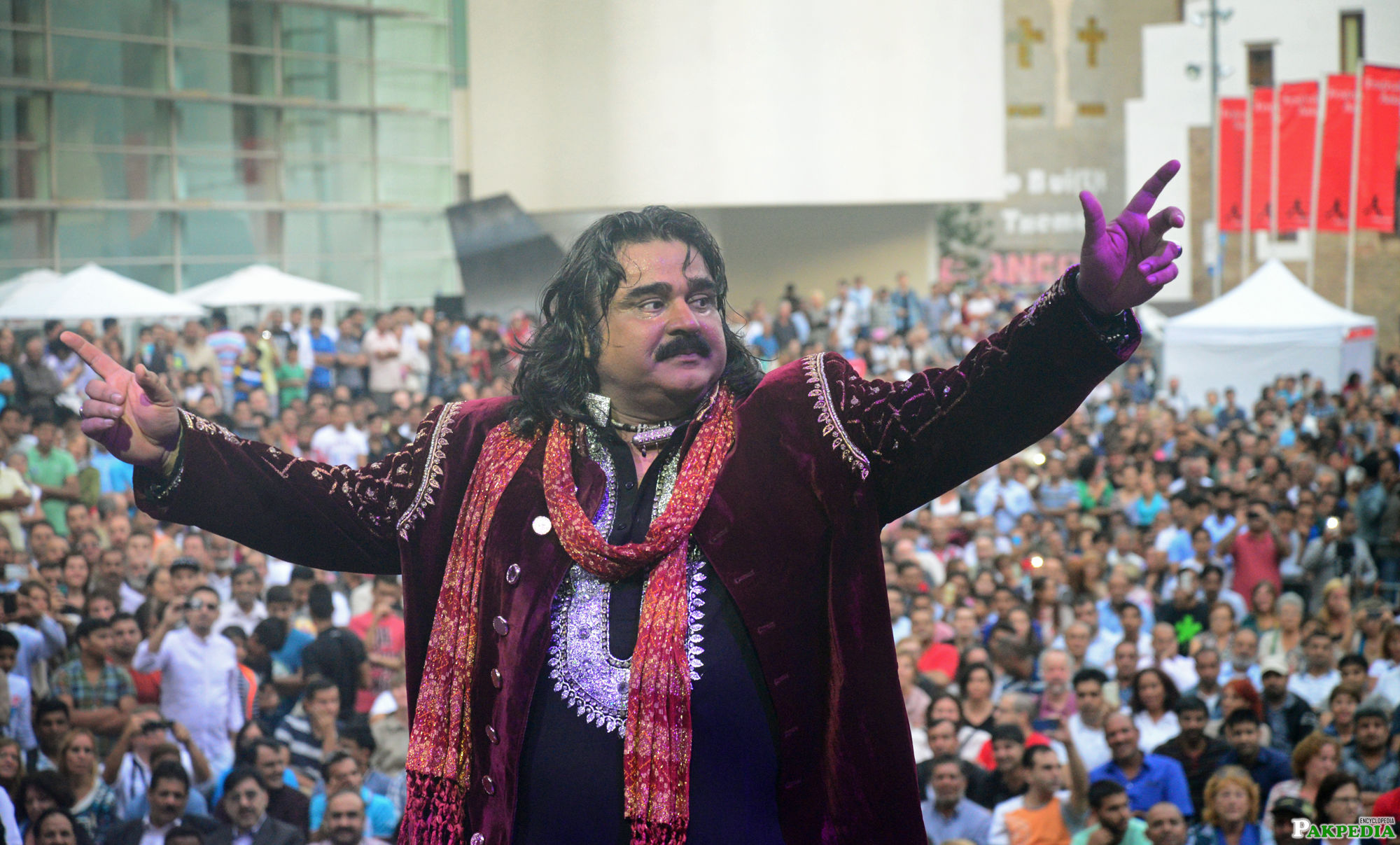 Arif Lohar with His fans