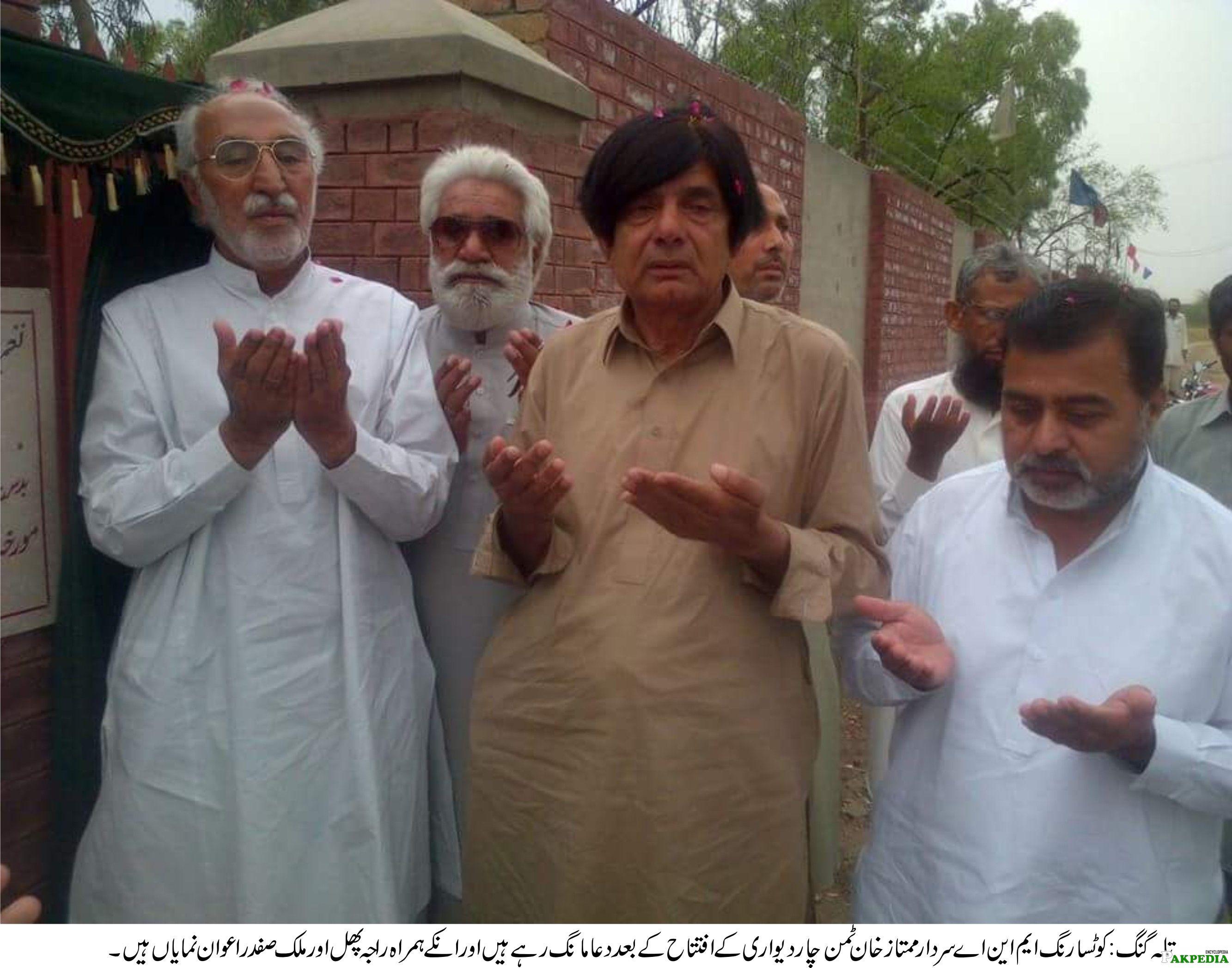 Sardar Mumtaz with Friends