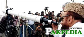 Mufti Muneeb-ur-Rehman look into telescope