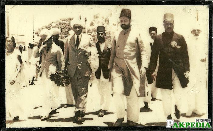 Bahadur Yar Jung with People