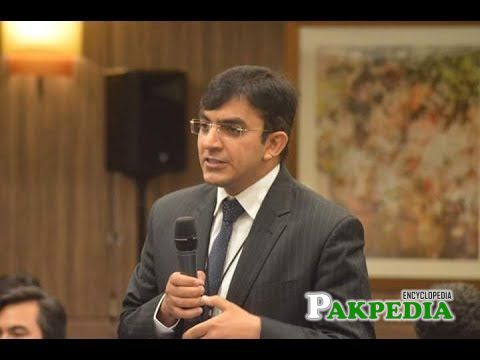Mohsin dawar while giving his speech