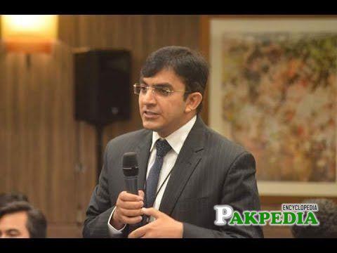 Mohsin dawar while giving his speech