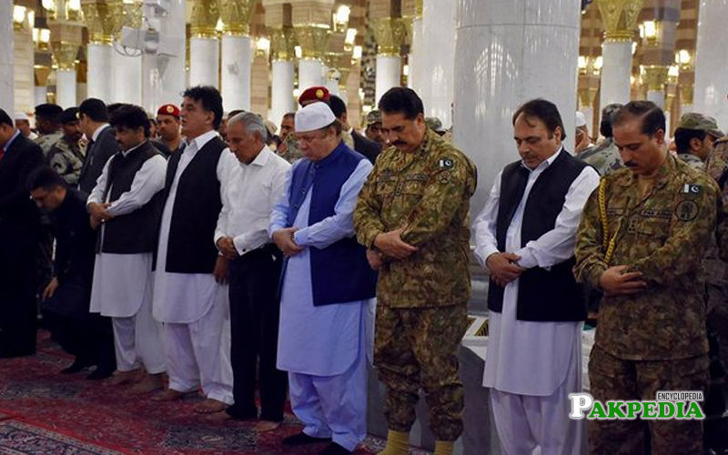 Offer prayer along with other leaders at Masjid e nabvi