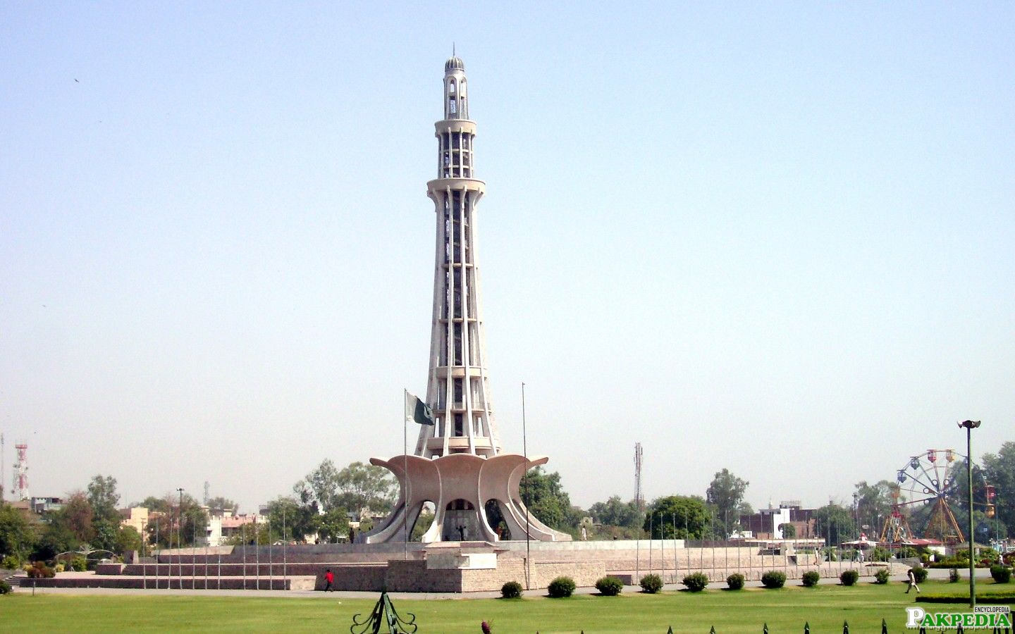 Beautiful Picture of Iqbal Park and Minar-e-Pakistan