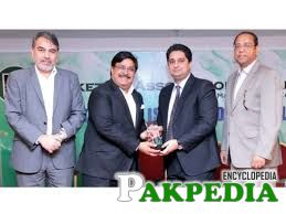 Marketing Association of Pakistan(MAP) President Masood Hashmi presents a memento to ICI Pakistan Vice President Samie Cashmiri, accompanied by MAP Honorary