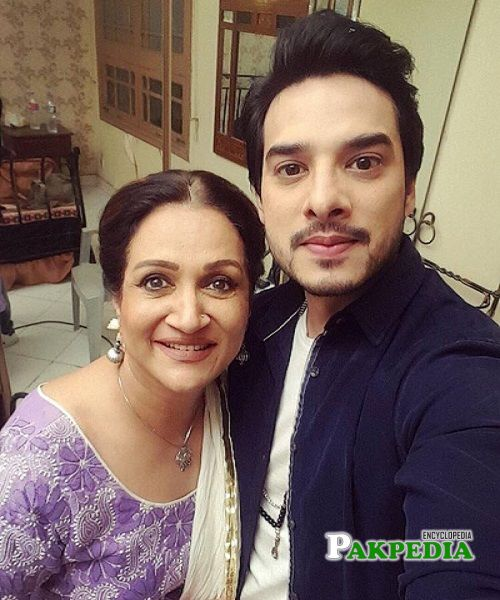 Kanwar with Bushra Ansari on sets